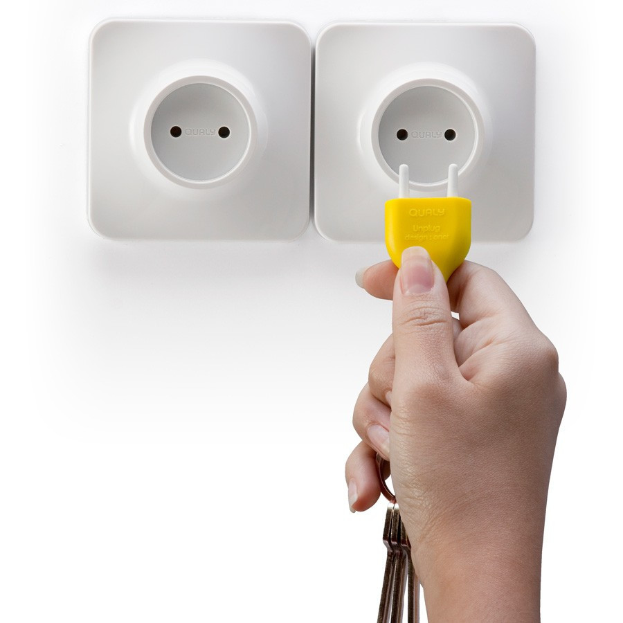 range porte cl s mural prise de courant unplug qualy jaune. Black Bedroom Furniture Sets. Home Design Ideas